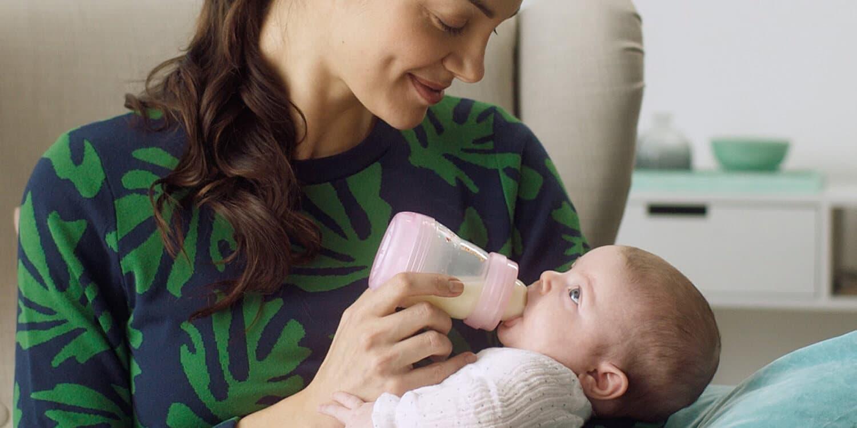 Mutter füttert Baby mit der Flasche