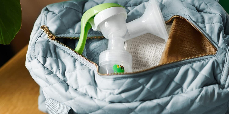 Offene Wickeltasche mit Handmilchpumpe