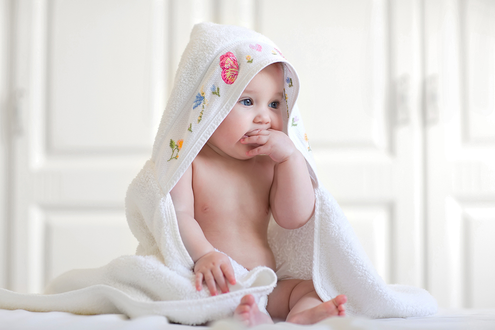 Nytvättad baby i handduk