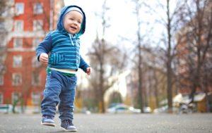 Pojke går utomhus i lekpark