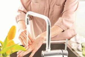 Kvinna tvättar händerna