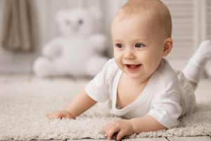 Baby kryper på golvet