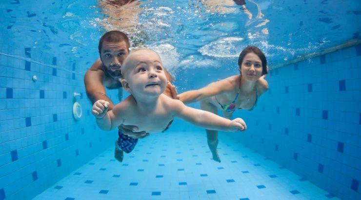 Baby simmar under vattnet