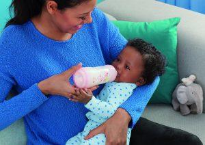 Baby dricker ur anti-colic nappflaska