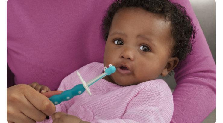 När väl första tanden tittar fram är det dags att börja borsta tänderna! En  del barn föds med tänder och för andra kan det dröja tills barnet är  ungefär ett ... debe13195b872